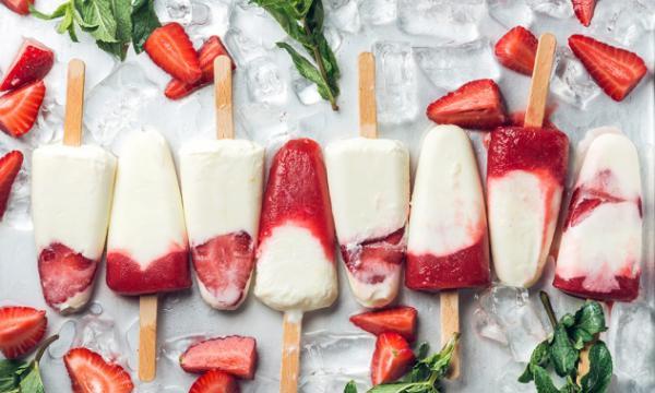 Ijslolly van aardbei en yoghurt